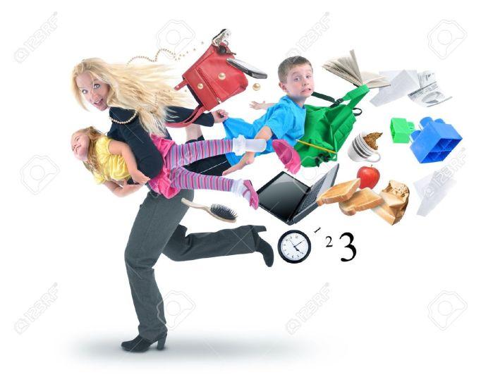 21441809-Una-madre-llega-tarde-a-la-escuela-y-el-trabajo-y-corriendo-con-sus-hijos-por-un-concepto-de-estr-s--Foto-de-archivo